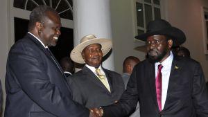 Salva Kiir ja Riek Machar rauhanneuvotteluissa Ugandassa.