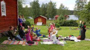 Satujoogaa Rovaniemen kotiseutumuseolla nukketeatteriesityksen päätteeksi.