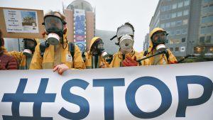 Joukko Greenpeacen aktivisteja osoittaa mieltään glyfosaattia sisältävien torjunta-aineden käytön lopettamiseksi Euroopassa.