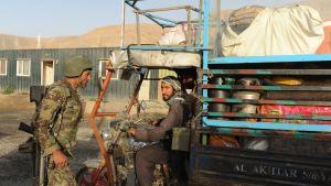 Afganistanin armeijan upseeri tutkii ajoneuvoa Kabulin ja Ghaznin maakunnan välisellä tiellä.