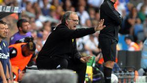 Marcelo Bielsa ohjeistaa Leedsin pelaajia kentän laidalla.