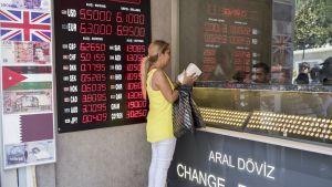 Valuutanvaihtopiste Istanbulissa 10. elokuuta.
