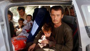 Ghaznin kaupungin taisteluita paenneita siviilejä Kabulissa maanantaina.