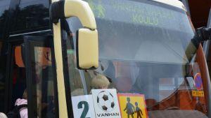 Vanhan Vaasan koululaisia kuljettava bussi.