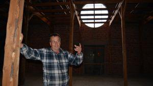 Petri Pihlajaniemi ihastui Kalevan navetan päädyssä olevaan isoon ikkunaan.