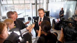 Helsingin poliisilaitoksen poliisipäällikkö Lasse Aapio median haastateltavana valmisteluistunnon yhteydessä Helsingin käräjäoikeudessa 14. elokuuta.