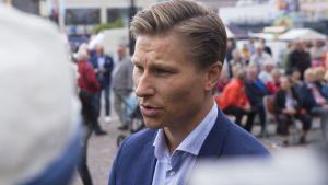 Kokoomuksen Antti Häkkänen Kuopion torilla.