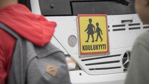 Lapsia menossa koulubussiin.