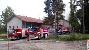 Palokunta sammuttaa entistää koulurakennusta.