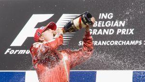 Kimi Räikkönen juo samppanjapullosta Belgian gp:n voiton jälkeen.
