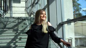 Kauhavan kaupunginvaltuutettu Emma Kivikangas Kauhavan lukion tiloissa.