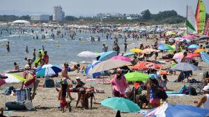 Ihmiset nauttivat kuumasta kesäpäivästä La Grande-Motten rannalla Etelä-Ranskassa 1. elokuuta.