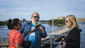 Kuvauspaikkajärjestäjät Asha Sharma ja Tapani Launonen sekä tuottaja Ellen Schwartz.