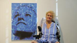 Taiteilija Alison Lapper poseeraa valokuvainstallaationsa edessä.