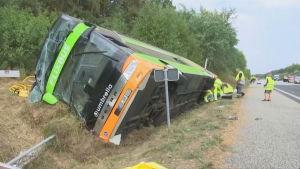 Saksa bussiturma. Kaatunut bussi oli Saksan suurimpiin kuuluvan pitkänmatkan bussiyhtiön FlexiBusin auto.