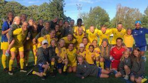 HJK:n naiset yhteiskuvassa seuran T08 -jengin kanssa