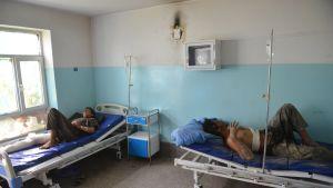 Talibanin ja Afganistanin hallituksen joukkojen välisissä taisteluissa loukkaantuneita potilaita hoidettavana Ghaznin sairaalassa.