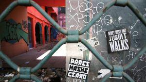 Suljettu kauppakompleksi Ateenan keskustassa.