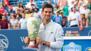 Novak Djokovic Cincinnatin turnauksen mestaruuspysti käsissä.
