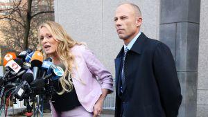 Stormy Daniels ja Michael Avenatti tiedotustilaisuudessa oikeustalon edustalla New Yorkissa huhtikuussa.