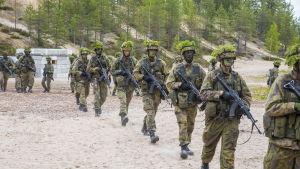 Puolustusvoimat valmiusjoukot armeija marssi varusmiehet