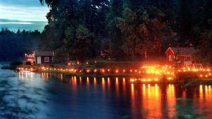 Järviranta on valaistu lampuin venetsialaisiltana.
