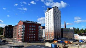 """KOAS:n tornitalo """"Maitopurkki"""" ja muita uusia kerrostaloja Jyväskylän Kankaalla."""