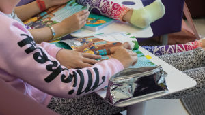 Oppilaat tekevät englannin tehtäviä