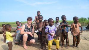 Maija Haanpää odottelemassa woodooseremonian alkua kylän pikkupoikien kanssa.