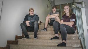 Karstulan lukio oppilaat portaissa, Leevi Niemenmaa (vasemmalla), Kalle Hentunen ja Mette Tyni.