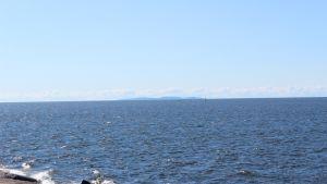 Venäjälle kuuluva Suursaari näkyy selkeällä ilmalla Rankkiin saakka.
