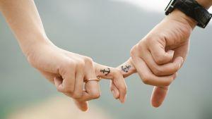 Kaksi kättä, joihin tatuoitu sama kuva.