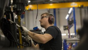 Mies työskentelee Ponssen tehtaalla.