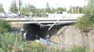 Linja-auto syöksyi kaiteen läpi junaradalle.