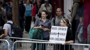 Paavia vastustava mielenosoittaja Dublinin keskustassa lauantaina.