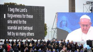Paavi Franciscus pyysi Jumalalta anteeksiantoa lasten seksuaalisesta hyväksikäytöstä katolisessa kirkossa Irlannissa sunnuntaina.