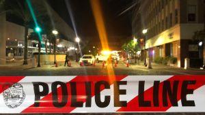 Poliiseja ammuskelupaikan lähellä Jacksonvillessa sunnuntaina.