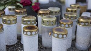 Kynttilöitä Kuopion bussionnettomuuden tapahtumapaikalla.