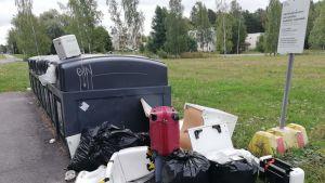 Helsingin Tapaninvainiossa Simpukankujalla sijaitseva kierrätyspiste on usein täynnä sinne kuulumatonta roskaa ja rojua.