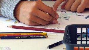 Lapsi piirtää.