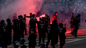 Poliisit yrittävät hillitä  äärioikeistolaisia mielenosoittajia.