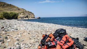 Luvattomien maahanmuuttajien hylkäämiä pelastusliivejä Lesboksen rannalla 6. elokuuta.