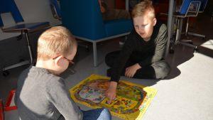 Ekaluokkalainen Elias Pätsi ja kummi Aaro Saikkonen tykkäävät pelata kummitunneilla.