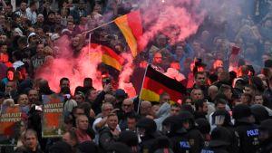 Saksalaismiehen kuolemaa protestoineet mielenosoittajat sytyttivät maanantaina soihtuja Chemnitzin kaupungissa Itä-Saksassa.