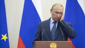 Putin pitelee kädellä kasvojaan