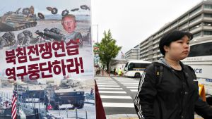 Eteläkorealainen osoittaa mieltään Yhdysvaltain suurlähetystön edustalla