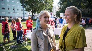 Sonja Lohi on siis tuo vaaletakkinen ja keltapuseroinen on Viola Pulkkinen, etsivät vapaaehtoistöitä