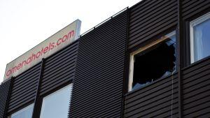 Tulipalossa vaurioituneen hotellihuoneen rikottu ikkuna Seinäjoen Omenahotellissa.