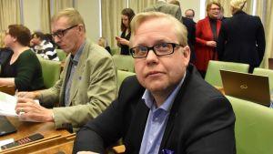 Juha Vasama (kok.) Porin valtuustossa. Taaempana vasemmalla Tapio Huhtanen (kesk.)