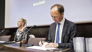 Puheenjohtaja Jussi Halla-aho ja eduskuntaryhmän puheenjohtaja Leena Meri.